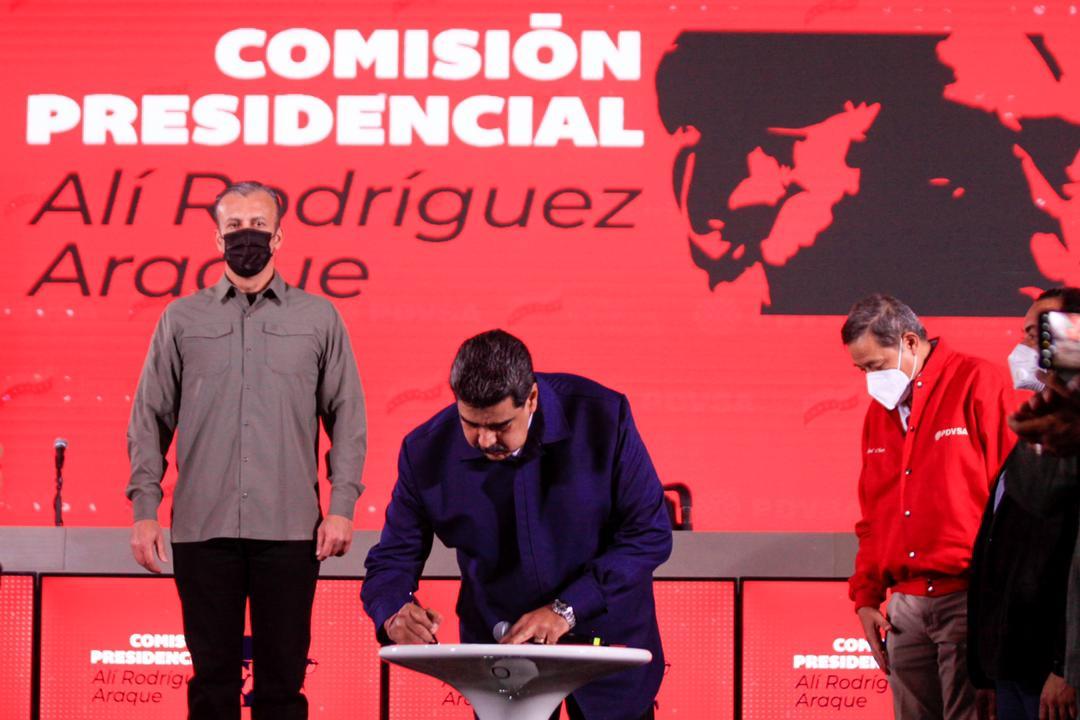 Maduro firma contrato colectivo para trabajadores de PDVSA